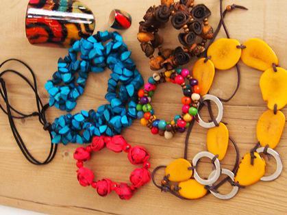 Bijoux artisanaux fabriqués avec de l'ivoire végétal et d'autres graines et matières naturelles