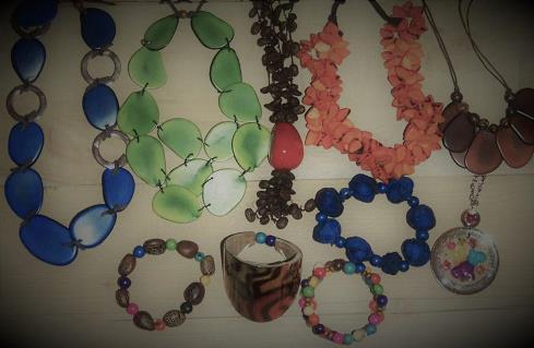 Collection de colliers et boucles d'oreilles, bracelets et bagues en ivoire végétal et d'autres matières naturelles