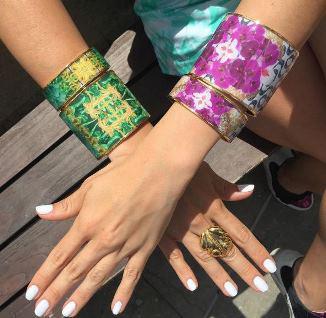 Une femme portant des bracelets cerclés Flor Amazona et des bagues ethniques Flor Amazona