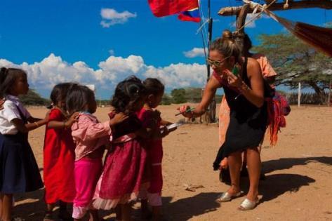 Le créateur de bijoux Flor Amazona avec des enfants indigènes, dont la culture à inspiré la création des bijoux rappelant l'Amazonie