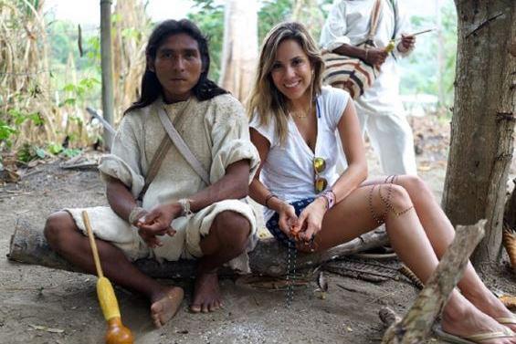 Créatrice de la marque de bijoux Flor Amazona accompagnée d'un indigène avec la foret en décor